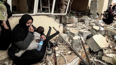 Des civils près des bâtiments détruits à Mossoul, le 2 mars (image d'illustration)