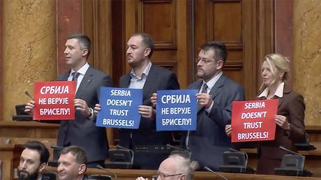 Pancartes ou slogans, les députés de l'opposition serbe ont fait entendre leur opposition à l'Union européenne