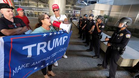 Des partisans du décret migratoire de Donald Trump manifestent à l'aéroport de Los Angeles le 5 février 2017, photo ©Ringo Chiu/Reuters