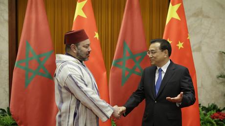 Le roi du Maroc Mohammed VI serre la main du Premier ministre chinois Li Keqiang durant une rencontre à Pékin en mai 2016.