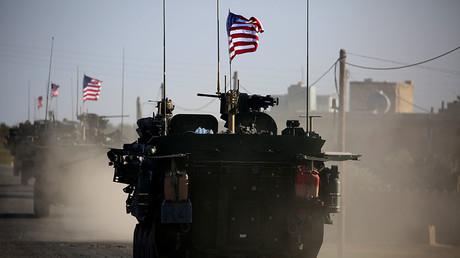Un convoi de véhicules blindés américains dans les environs de Manbij au nord de la Syrie le 5 mars 2017, photo ©Delil Souleiman / AFP
