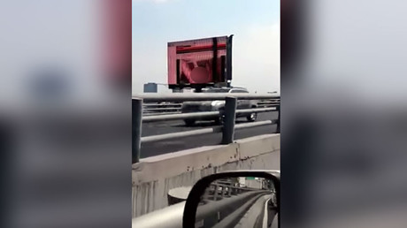 Un pompier mexicain décède en tentant de réparer un panneau publicitaire géant
