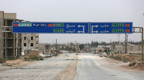 Une route menant à Manbij