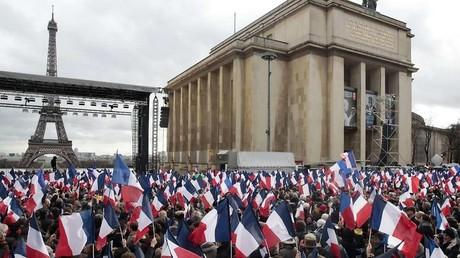 «Faut dire 200 000 !» : au Trocadéro, l'équipe de Fillon oublie la présence d'un micro (VIDEO)