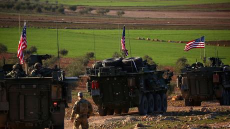 Un convoi de véhicules blindés américains dans les environs de Manbij au nord de la Syrie le 5 mars 2017.