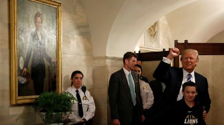 Donald Trump a fait une apparition surprise lors d'une visite guidée touristique de la Maison Blanche, non loin d'un tableau de Hillary Clinton.