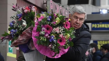 Les hommes offrent des fleurs aux femmes en Russie le 8 mars