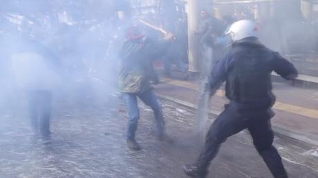 Athènes : gaz lacrymogènes et grenades assourdissantes contre des agriculteurs en colère (VIDEO)