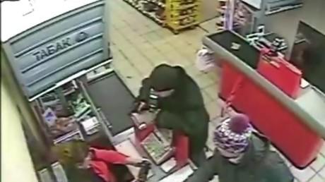 Pendant ce temps là, dans un supermarché en Russie : une caissière ignore un braqueur (VIDEO)