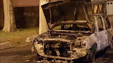 Une voiture incendiée en marge du rassemblement pour Théo, à Bobigny