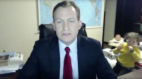 Le politologue Robert Kelly aura eu toutes les peines du monde a livrer son analyse sur la BBC