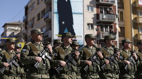 Des membres des Forces de sécurité du Kosovo lors de la cérémonie du 8e anniversaire de l'indépendance auto-proclamée du Kosovo.