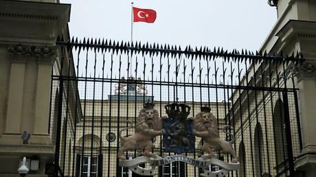 Le drapeau néerlandais du consulat d'Istanbul arraché par des manifestants (VIDEO)