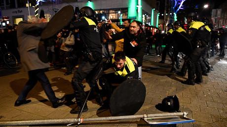 Heurts entre les manifestants pro-Erdogan et la police néerlandaise à Rotterdam