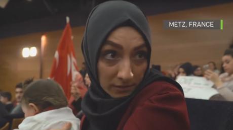 Une participante au meeting pro-Erdogan à Metz du 12 mars