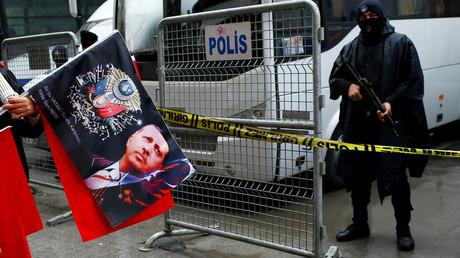 Un vendeur des drapeaux avec l'image du président turc Recep Tayyip Erdogan lors d'une manifestation devant le consulat das Pays-Bas à Istanbul