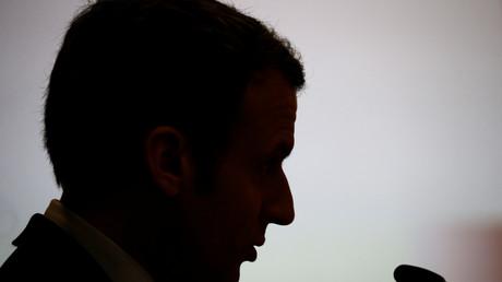 Cette affaire intervient alors que le candidat d'En Marche ! voit son avance sur François Fillon fondre dans les derniers sondages