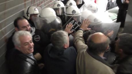 Tensions à Athènes lors de la manifestation des professionels de santé (VIDEO)