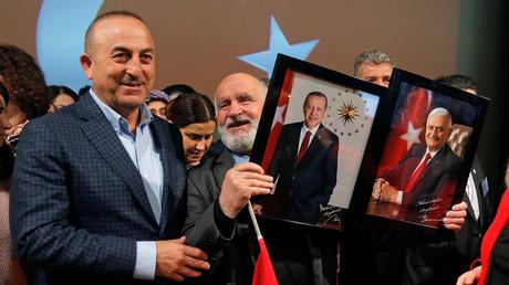 Le ministre turc Mevlüt Cavusoglu lors d'un meeting en faveur de la réforme constitutionnelle