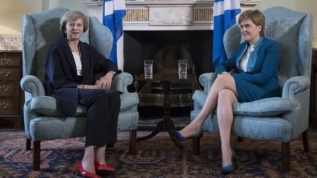 Le Premier ministre britannique Theresa May en compagnie du premier ministre écossais Nicola Sturgeon