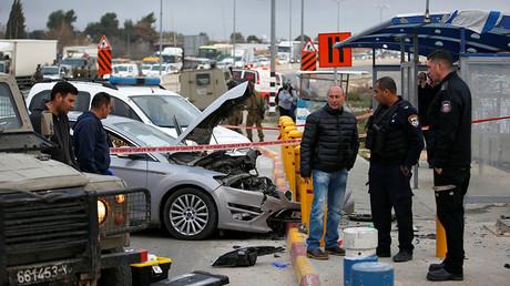 L'épave de la voiture conduite par une Palestinienne de 16 ans, encastrée dans des plots de protection, le 15 mars 2017. photo ©Ronen Zvulun / Reuters