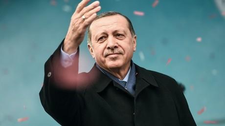 En campagne pour son référendum, Erdogan a une cible favorite