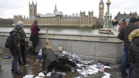 Une femme blessée reçoit l'aide médicale suite à l'incident sur le pont de Westminster à Londres.