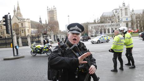 Les forces de l'ordre britanniques devant le Parlement le 22 mars après l'annonce d'une attaque terroriste