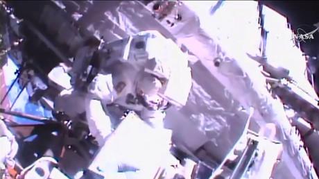 L'astronaute français Thomas Pesquet effectue sa deuxième sortie dans l'espace