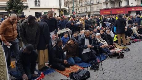 Nouvelles prières de rue et manifestation contre la fermeture de la mosquée à Clichy (IMAGES)