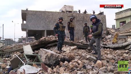 Les ruines dans la rue de Mossoul après les bombardements de la coalition occidentale