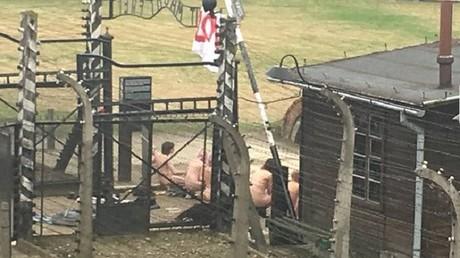 Une performance bien étrange à Auschwitz
