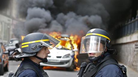 La voiture de police incendiée quai de Valmy