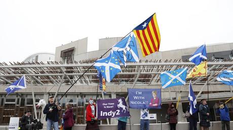 Des indépendantistes écossais devant le parlement national
