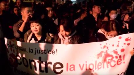 Plusieurs centaines de manifestants, principalement de la communauté asiatique, manifestent à Paris