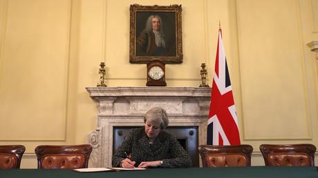 Theresa May signant la lettre déclenchant le Brexit