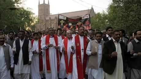 Des membres de la communauté chrétienne défilent dans les rues du quartier chrétien de Lahore, après l'attaque suicide perpétrée contre une église, en mars 2015