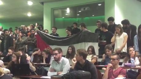 Des étudiants ont déployé un drapeau palestinien dans l'amphithéâtre