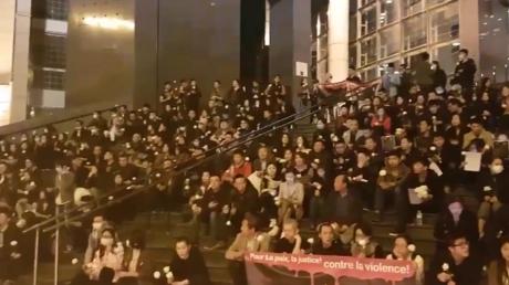 Plusieurs centaines de personnes se sont rassemblées le soir du 30 mars sur les marches de l'Opéra Bastille à Paris en hommage à Shaoyo Liu, 56 ans, mort lors d'une intervention policière à son domicile.