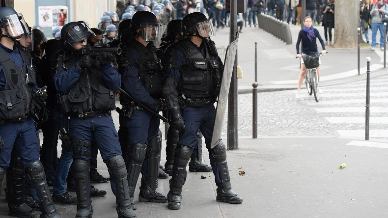 Lacrymogène et projectiles : des manifestants affrontent la police à Paris avant l'élection (VIDEO)