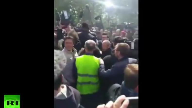Hué et sifflé, Emmanuel Macron bloqué par les ouvriers de l'usine Whirlpool d'Amiens (VIDEO)