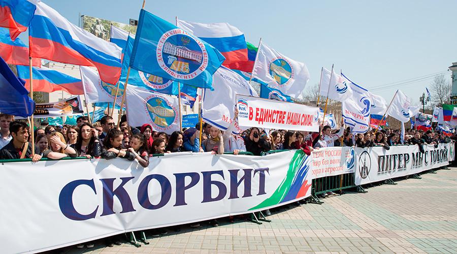 Des dizaines de milliers de personnes pleurent les victimes de l'attentat de Saint-Pétersbourg