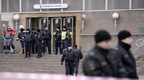 Des officiers de police surveillent l'entrée de la station de métro Sennaya après l'explosion survenu à Saint-Pétersbourg le 3 avril 2017.