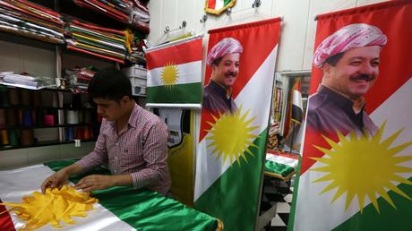 Une échoppe vendant des drapeaux du Kurdistan irakien et des portraits du président du gouvernement régional, Massoud Barzani