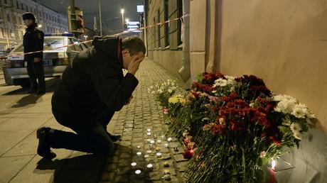 Un homme se recueille près de la station de métro de Saint-Pétersbourg où l'explosion a eu lieu le 3 avril 2017.