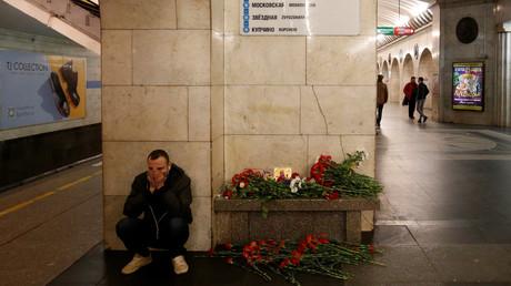 Les gens continuent à apporter les fleurs sur le site d'attentat à Saint-Pétersbourg