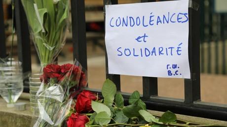 Des fleurs déposées devant l'ambassade de Russie à Paris après l'attentat de Saint Pétersbourg