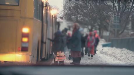 Capture d'écran des extraits diffusés par la chaîne suédoise TV4, on y voit clairement le personnel de l'école Al-Azhar séparer les enfants et faire monter les filles par l'arrière de l'autobus