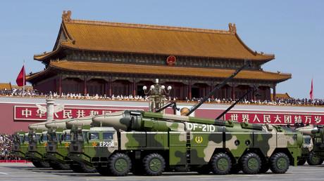 Véhicules militaires chinois portant des missiles ballistiques DF-21D