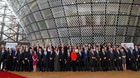 Diplomates et ministres des Affaires étrangères posent pour une photo de groupe à la conférence des donateurs pour la Syrie à Bruxelles, le 5 avril
